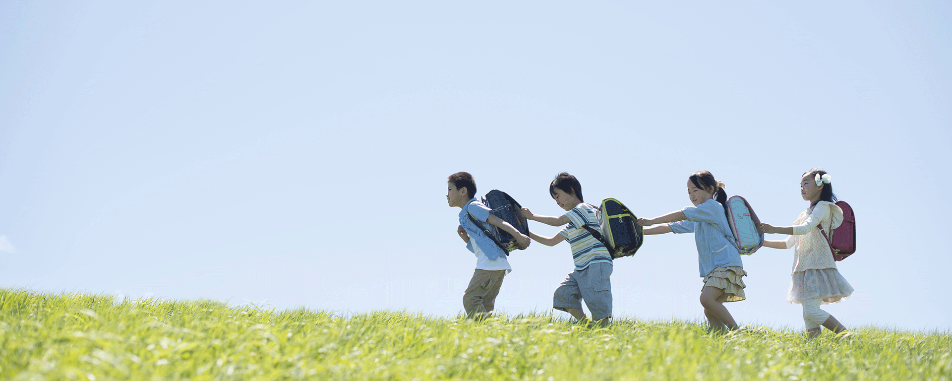 子供が歩いている写真
