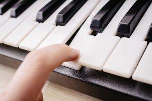 ピアノを弾いている写真