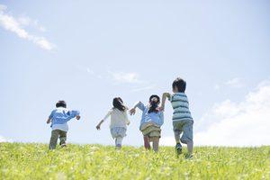 走っている子供の写真